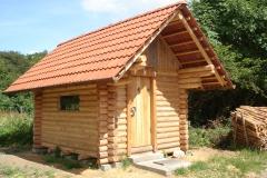 Blockhaus aus gefrässten Holz von der Seite