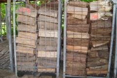 Kaminholz in Kisten gestapelt